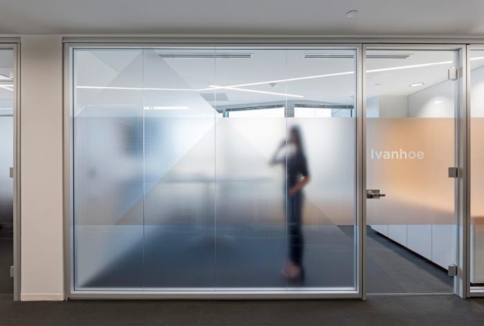 Hệ thống cửa kính đẩy cho phòng giám đốc