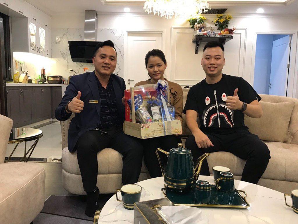 Minh Nguyễn CEO Nhà Đẹp WoodPlus tặng quà mừng năm mới gia đình nhà văn Huyền Trang Bất Hối