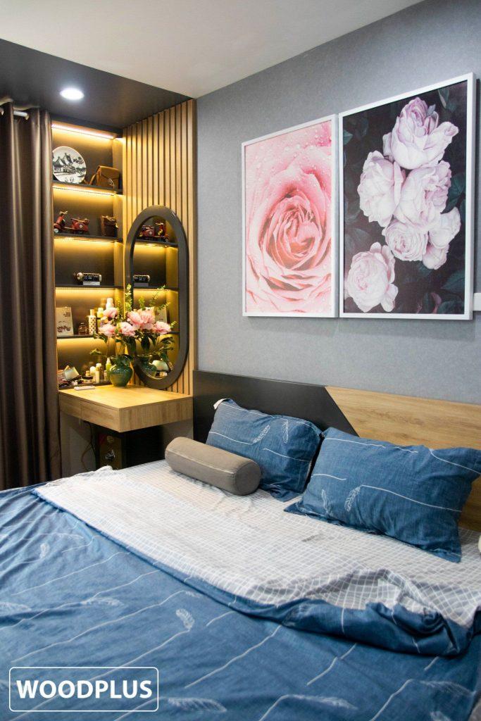 Một góc giường ngủ đặc biệt với 2 bức tranh hoa hồng nổi bật
