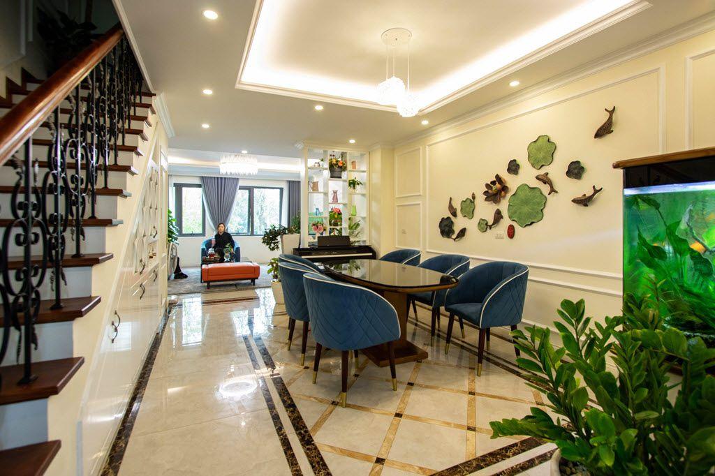 Thiết kế không gian shop house chị Huyền ở giữa là lối lên cầu thang, 2 bên, 1 bên là bếp, 1 bên là phòng khách với phòng ăn đẹp đẽ ở trung tâm.