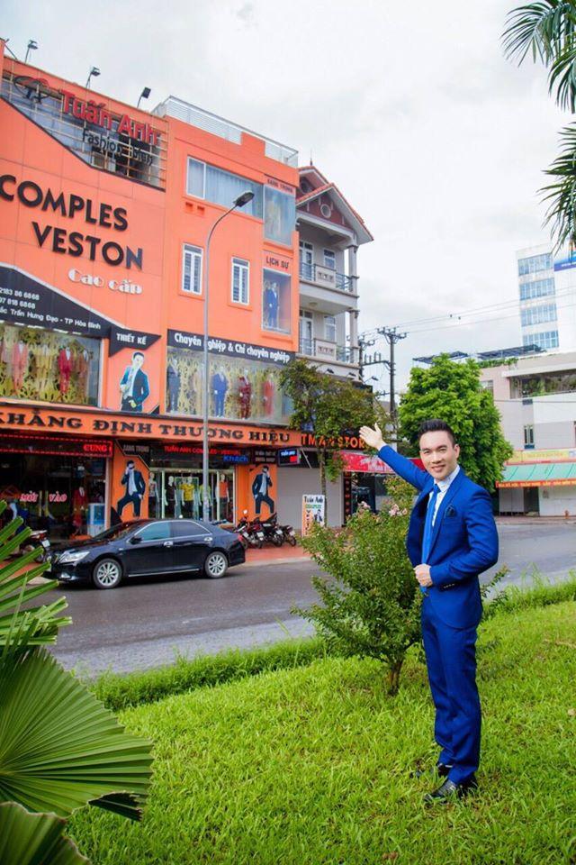 Ong chu Tuan Anh ben canh nha may comples veston cao cap Tuan Anh Hoa Binh