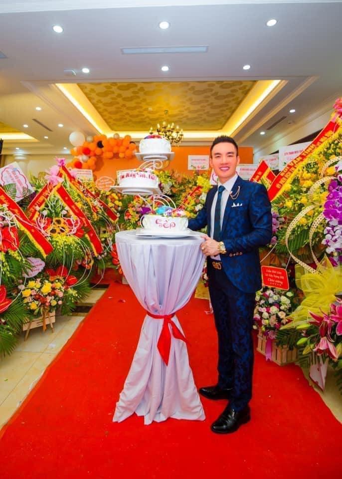 Ong chu Tuan Anh ben nhung lang hoa chuc mung 20 nam xay dung va phat trien nha may comples veston cao cap Tuan Anh Hoa Binh