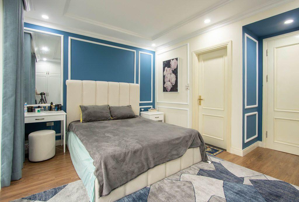 Phòng ngủ master rộng rãi, đẳng cấp, với tâm điểm là giường ngủ đẹp đẽ