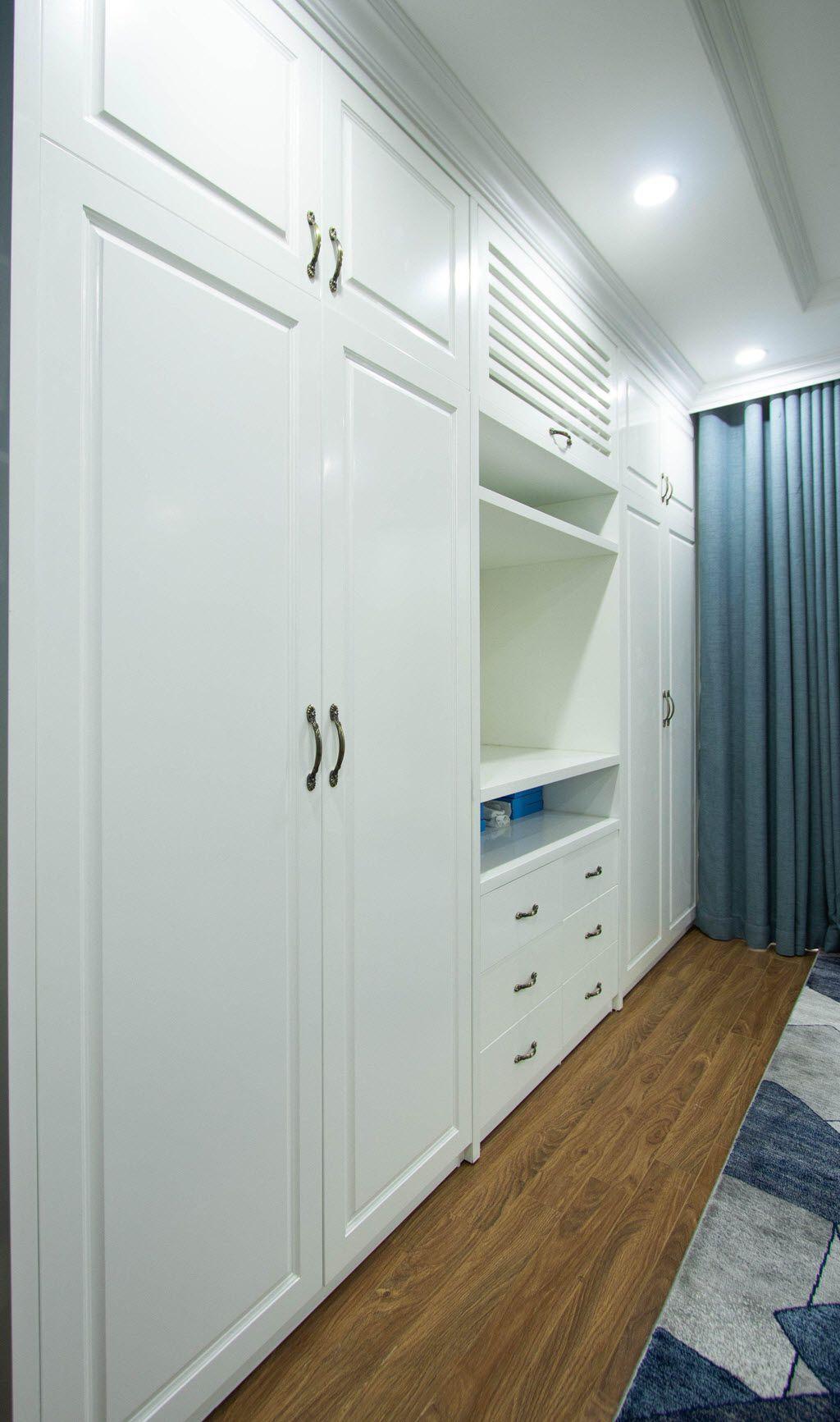 Hệ thống tủ quần áo tiện lợi tại cuối phòng ngủ master